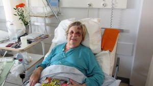 Brita Brandt makaa sairaalasängyssä onnettomuuden jäljiltä.