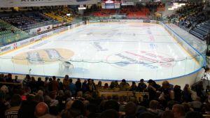 Lappeenrannan kisapuiston jäähalli erätauolla Saipa pelissä, tyhjä jää, fanit.