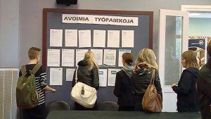 Nuoria tutkimassa listaa avoimista työpaikoista
