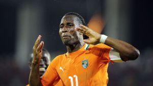 Norsunluurannikon Didier Drogba reagoi tilanteeseen kentällä.