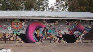 Vanha kunnan ajoneuvohalli sai seinäänsä 35-metrisen graffitin.