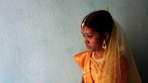 Järjestettyyn avioliittoon joutuva intialaislapsi hääasussa odottaa häitään alkavaksi Intiassa helmikuussa 2012.