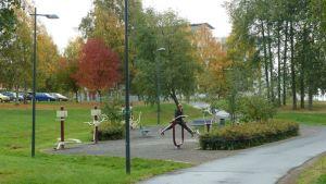Nainen harjoittelee Tervaporvarin kuntoilupuistossa.