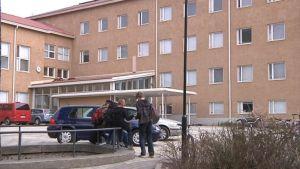 Hämeenlinnan yhteiskoulu ja pihalla oppilaita