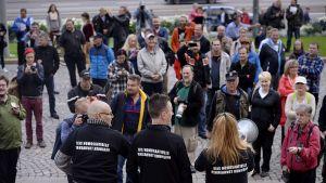 Hetero Pride -tapahtuman puuhamies Jani Salomaa (kuvassa etualalla keskellä) eduskuntalon ulkopuolella.