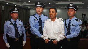 Bo Xilai käsiraudoissa oikeussalissa.