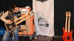 Douglas Blair soittaa kitaraa.