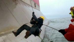 Greenpeacen aktivistit yrittävät nousta Gazpromin porauslautalle Pohjoisella jäämerellä.