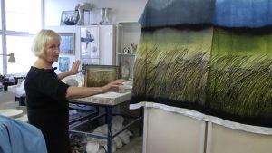 Taiteilija Heljä Liukko-Sundströmin mukaan Marimekon uutuuskangas Kuuskajaskari (oik.) on jäljitelmä hänen teoksestaan. Marimekko kiistää kopioinnin.