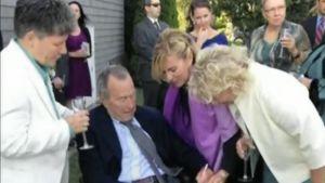 George Bush Sr. allekirjoittaa naisparin vihkitodistusta.
