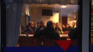Ikkunasta näkyy, kun turvallisuutta takaamaan perustettu Yöpyövelit-yhdistys pitää kokousta.