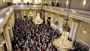 Tanssilattialla tungosta itsenäisyyspäivän vastaanotolla Presidentinlinnassa Helsingissä 6. joulukuuta 2012.