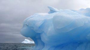 Päiväämättömässä valokuvassa näkyy Chilen edustalla kelluva suuri jäävuori. Etelä- ja pohjoisnapojen alueella sulavan jään uskotaan vaikuttavan koko maapallon ilmastoon.