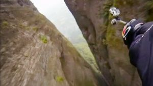 Jeb Corliss lentää vuoren läpi Kiinassa.