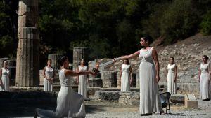 Olympiatuli sytytetään Olympian lehdossa, Kreikassa.