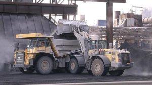 Outokummun ferrokromikuonasta valmistettua OKTO-mursketta lastataan dumpperiin Tornion tehtailla.