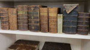Vanhoja kirjoja Hämeenlinnan Lyseon lukion perinnekirjaston hyllyillä