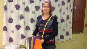 Pauliina Hakala esittelee Porin seudun materiaalipankille tulleita ensimmäisiä lahjoituksia.
