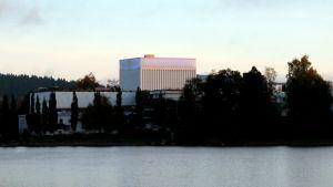 Kaupunginteatteri Valkeisen takaa kuvattuna.