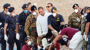 Pelastustyöntekijät nostivat maihin merestä löydettyjä ruumiita Lampedusassa 3. lokakuuta.