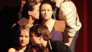 Ryhmäkuva Lapin ylioppilasteatterin näyttelijöistä