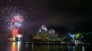 Ilotulitusta Sydneyn oopperatalon takana.