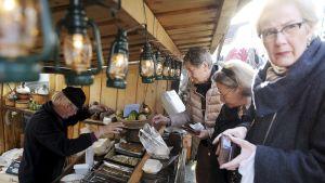 Perinteikkäät silakkamarkkinat alkoivat Helsingin Kauppatorilla 6. lokakuuta.