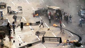 Muslimiveljeskunnan jäsenet ja syrjäytetyn presidentti Muhammed Mursin kannattajat ottivat yhteen mellakkapoliisin kanssa Kairon Ramsis-kadulla 6. lokakuuta.