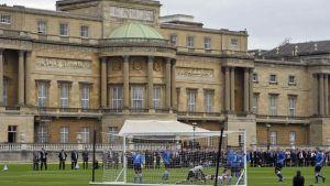 Jalkapallo-ottelu Buckingham Palacen pihalla