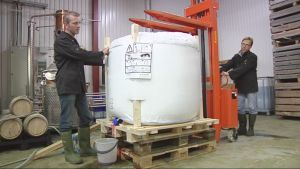Harri Turunen ja Timo Kettunen pakkavat Saksaan matkaavaa glögiä steriiliin tuhannen litran pussiin.
