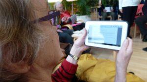 Oulun kaupunginkirjastossa järjestetään ikäihmisille tabletin käytön opetusta.