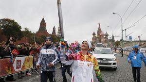 Voimistelun olympiavoittaja Svetlana Horkina kantaa olympiasoihtua Moskovassa
