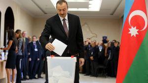 Azerbaidzhanin presidentti Ilham Alijev äänestämässä pääkaupunki Bakussa.