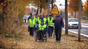 Vanhuksia marssimassa Ruukintiellä.