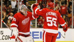 Detroit Red Wingsin maalivahti Jimmy Howard ja puolustaja Niklas Kronwall iskevät hanskat yhteen.