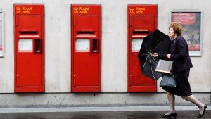Royal Mailin postilaatikoita Lontoossa.