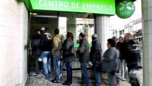 Työttömät jonottavat työvoimatoimistoon Portugalissa.