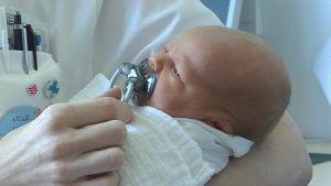 Aivan uusi vauva savonlinnalaiskätilön ammattitaitoisessa hoivassa.
