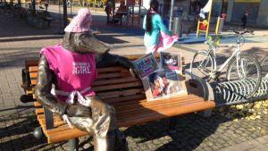 Joensuun keskustan kosiosusi pukeutui tyttöjenpäivänä pinkkiin