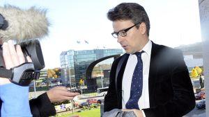 Vihreiden puheenjohtaja, ympäristöministeri Ville Niinistö kommentoi puoluetoverinsa, kehitysministeri Heidi Hautalan eroa ministerin paikalta, saapuessaan eduskunnan täysistuntoon Helsingissä 11. lokakuuta.