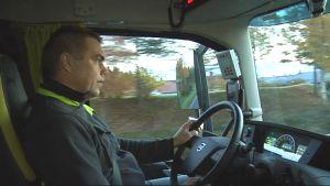 Kuljetusyrittäjä Saku Simpanen rekan ohjaamossa.