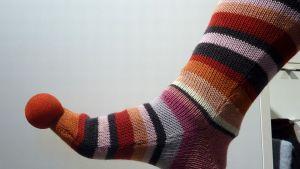 Nenäpäivän nenä lämmittää varvasta, raidallinen villasukka koko jalkaa