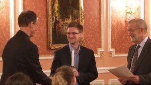 Kuvakaappaus videolta, jossa Edward Snowden.