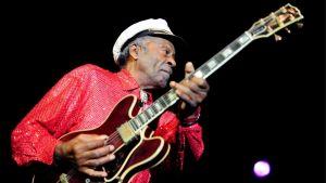 Chuck Berry soittaa kitaraa