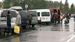 Venäläisiä pikkubusseja lastaamassa matkustajia ja tavaroita Lappeenrannan lentokentällä.