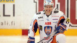 Tapparan Ville Nieminen irvistää jään pinnassa.