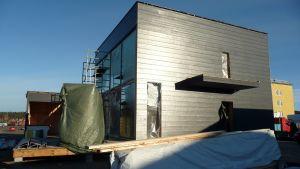 Rakenteilla oleva talo.
