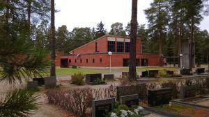 Marían kappeli , etualalla hautoja ja puita.