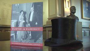 Puhemiespaljastus on osa pöytäkirjalöytöä, jota käsitellään Erkki Wuolijoen uudessa kirjassa. Silinteri on isoisä Wäinö Wuolijoen hattu, joka on nähnyt monet Euroopan merkittävät valtiomiehet Hitleristä ja Hindenburgista alkaen.