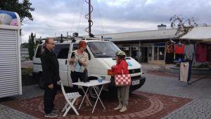 Jukka Kuusinen ja Päivi Solja Ylermi-auton kanssa Nokian torilla